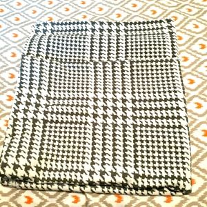 Divinity checkered black and white neck scarf